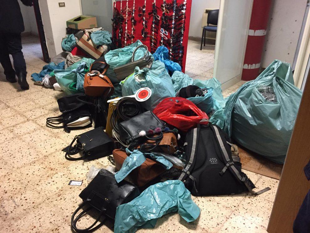 1e51ae54af3a8d Castellammare, blitz della Polizia municipale: sequestrate centinaia di  occhiali, borse, scarpe e altra merce contraffatta