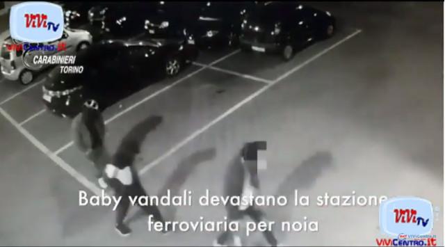 STRAMBINO TO, BABY VANDALI IMBRATTANO LA STAZIONE