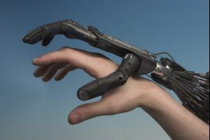 Robot - mano umana e mano robotica a confronto (Foto free CC BY 2.5)