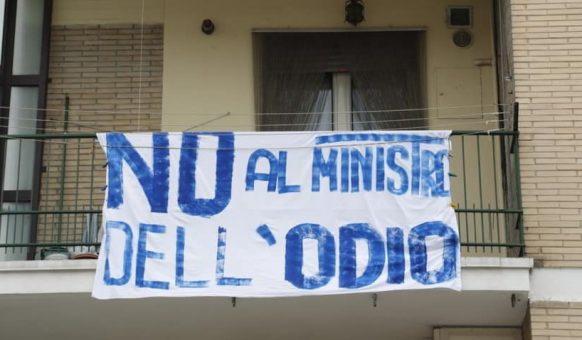 """striscioni contro salvini foto presa dalla pagina facebook """"Riempiamo l'Italia di striscioni contro Salvini"""""""