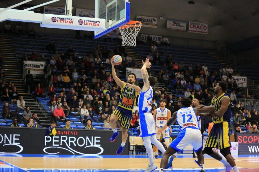 Givova Scafati - Claudio Tommasini in azione di gioco contro Orlandina basket