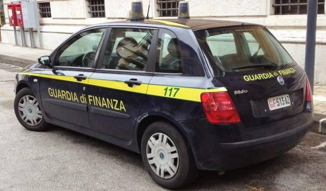 """Guardia di Finanza di Napoli """"smaschera"""" fabbrica di prodotti contraffatti Guardia di Finanza: arrestato"""