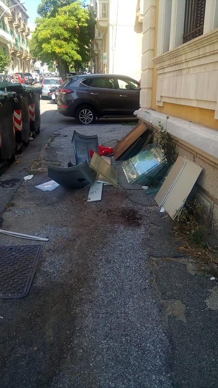 A Messina i rifiuti di ogni genere sono abbandonati dappertutto