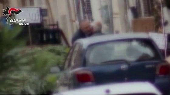 Due baci tra il boss e un ex deputato siciliano per siglare il patto