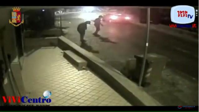 Ponti Rossi tentano di investire i poliziotti. Bloccati e arrestati