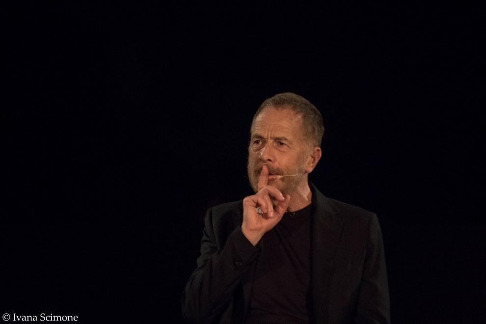"""Gabriele Lavia incanta al Teatro Antico di Taormina con la sua interpretazione de """"Il sogno di un uomo ridicolo"""" di Dostoevskij"""