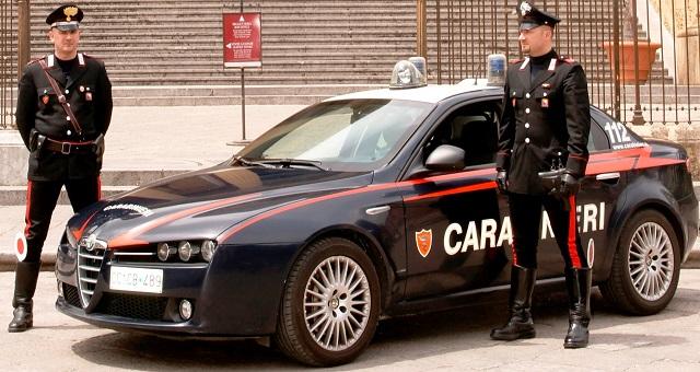 Carabinieri in azione tra la spiaggia San Benedetto e Micigliano Avevano rubato materiale informatico nella scuola. Arrestati