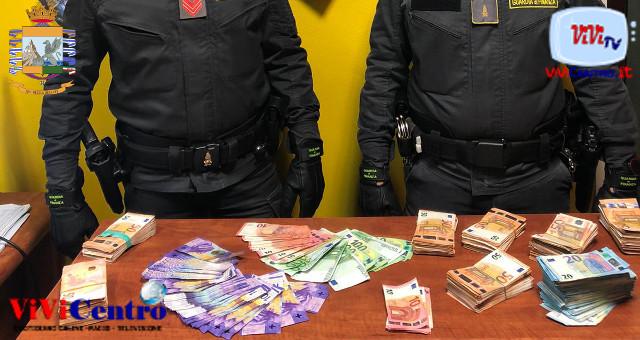 Contanti occultati in un doppio fondo, italiano denunciato