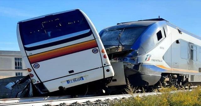 A Vittoria, in provincia di Ragusa, un treno regionale ha travolto un pullman