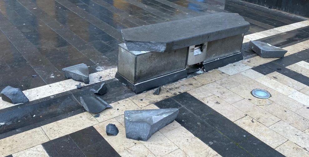 panchina rotta piazza fontana grande castellammare di stabia