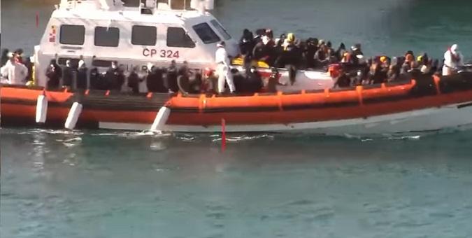 Continuano gli arrivi di migranti a Lampedusa