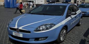 Via Medina: forza uno scooter parcheggiato in strada, arrestato