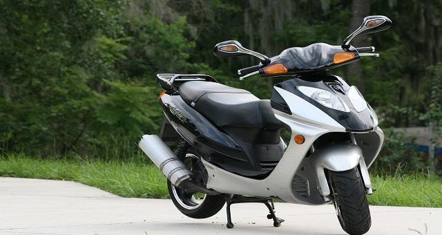 Controllo motocicli e ciclomotori al quartiere Mercato. Identificate 113 persone e controllati 42 motoveicoli di cui 10 sottoposti a sequestro.