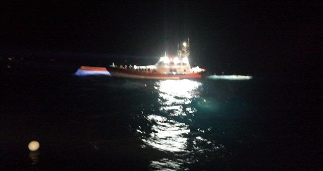 stanotte i soccorsi hanno salvato 47 migranti di una barca capovolta