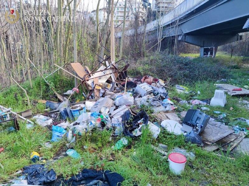 Bonifica zona Flaminio- sversamento arredi scolastici (Polizia Locale Roma)