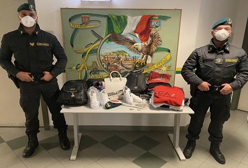 Sequestrati borse, scarpe e maglie