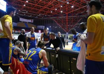 Givova Scafati al PalaTricalle contro Lux Chieti durante un timeout di gara tre