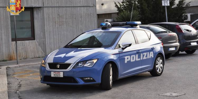 Poliziotti feriti con un seghetto da un extracomunitario sorpreso a smontare un monopattino