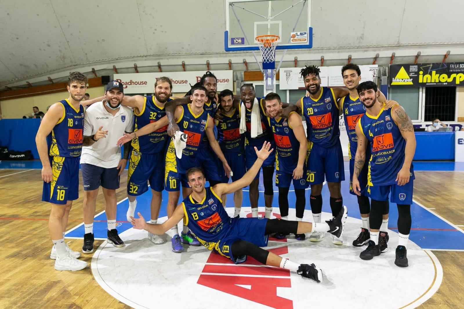 La Givova Scafati esulta al termine della sfida contro Eurobasket Roma