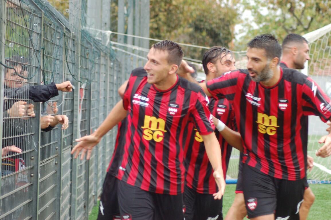 Alfonso Gargiulo festeggia con i compagni sotto la curva dopo il gol contro il Brindisi