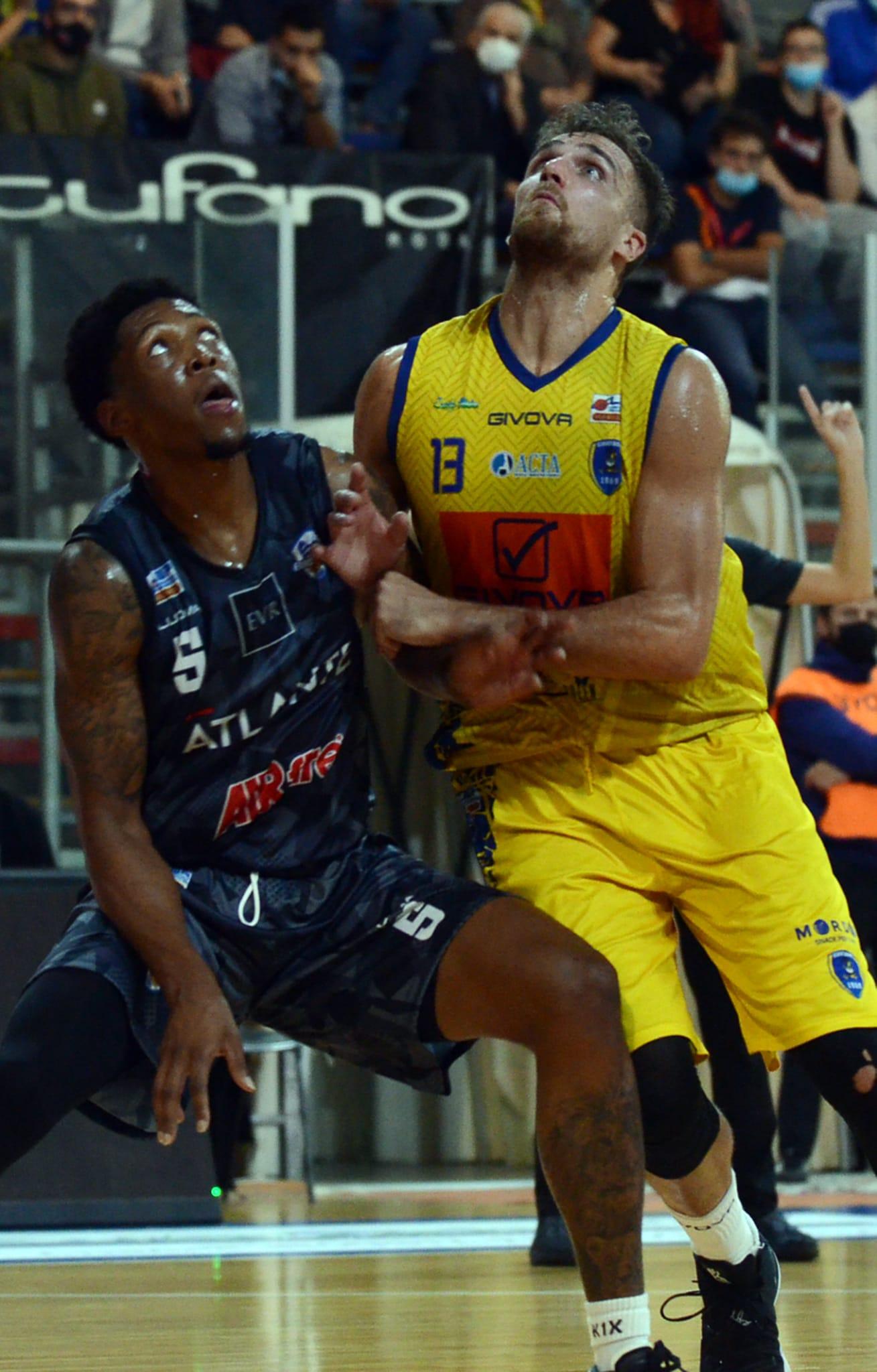 De Laurentiis battaglia con Hill (Givova Scafati vs Eurobasket Roma)