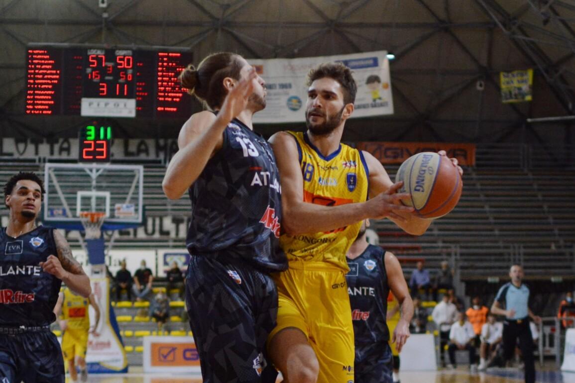 Riccardo Rossato combatte in campo nella sfida tra Givova Scafati e Eurobasket Roma