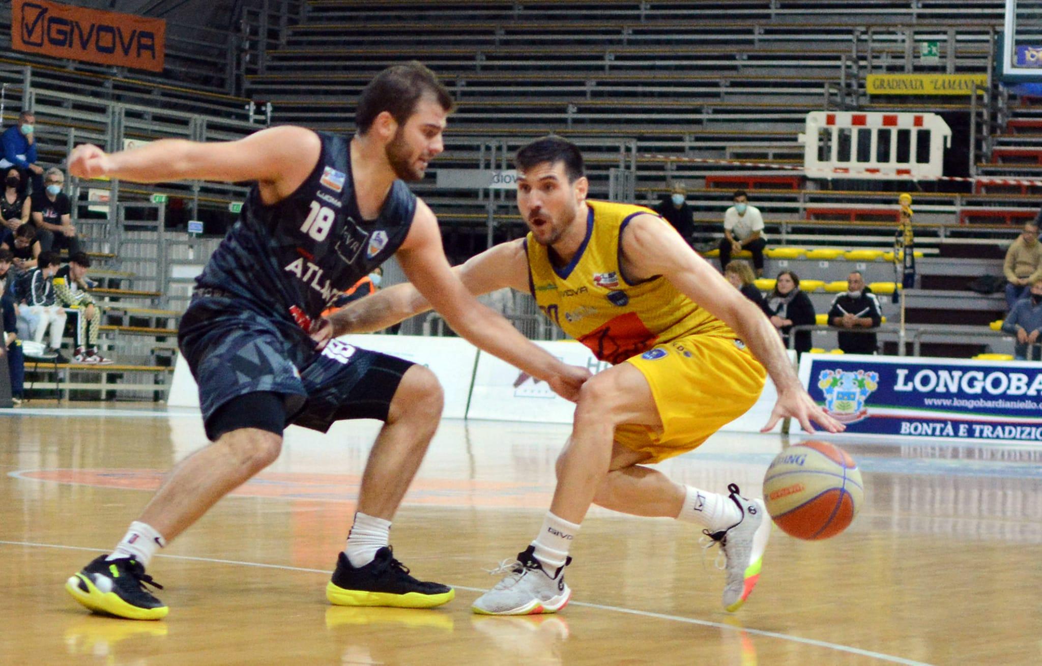 Diego Monaldi sfida in palleggio Matteo Schina (Givova Scafati vs Eurobasket Roma)